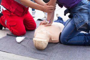 Entrainement au massage cardiaque sur un mannequin de secourisme