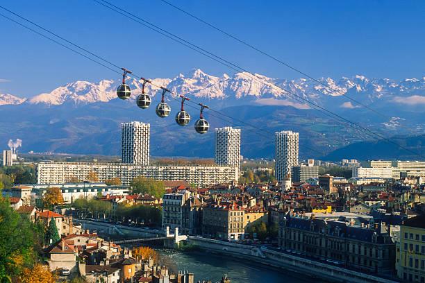 """Panorama de la ville de Grenoble avec ses fameux """"oeufs"""""""