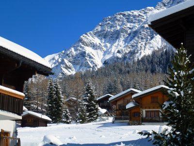 chalets enneigés à la montagne sous un ciel bleu